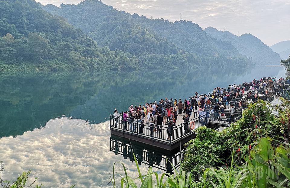 10月5日,北湖区华塘镇三合村,游客在玫瑰大道徜徉花海